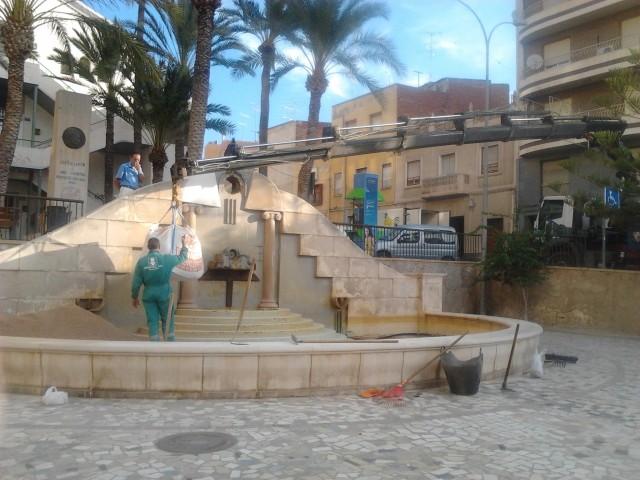La concejalía de Obras remodela la fuente de paseo Fontenay para que presente mejor imagen
