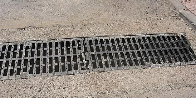 El Ayuntamiento ejecuta trabajos de limpieza de los imbornales ante la proximidad de las lluvias y para evitar inundaciones de las calles