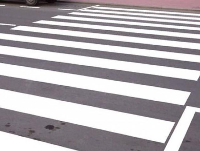 La concejalía de Obras repinta los  pasos de cebra y señales de tráfico horizontales del centro