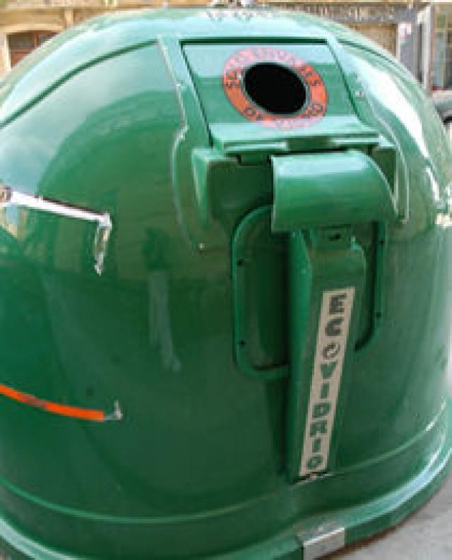 Medio ambiente instala contenedores de reciclaje en las kábilas y cuarteles de las comparsas para que reciclen el vidrio