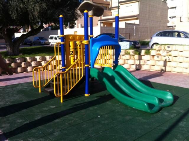 Instalado un nuevo juego infantil en los jardines de Miguel Hernández,  en la zona de ronda Sur