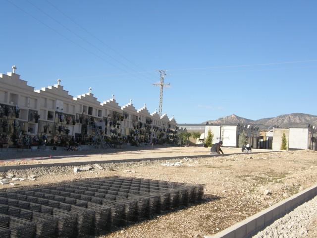 El Ayuntamiento pavimenta con hormigón la zona nueva del Cementerio Municipal