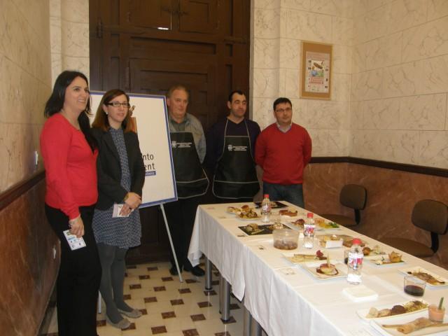 """Un jurado profesional del Centro de Desarrollo Turístico de Torrevieja,  valora las 40 tapas participantes en el IV Concurso """"Crevillent d´ tapas"""""""