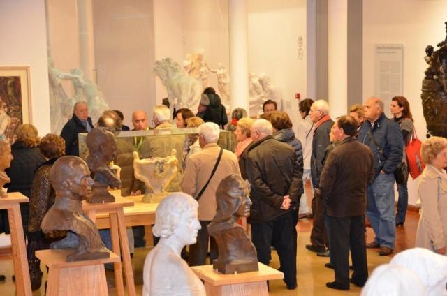 Roberto Manzano El escultor visita el Museo Municipal Mariano Benlliure.