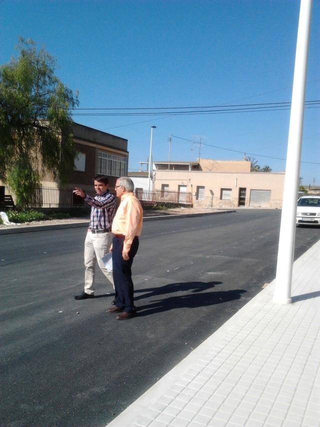 El Alcalde y el concejal de Obras visitan las obras de urbanización en la calle  Anselmo Mas Espinosa
