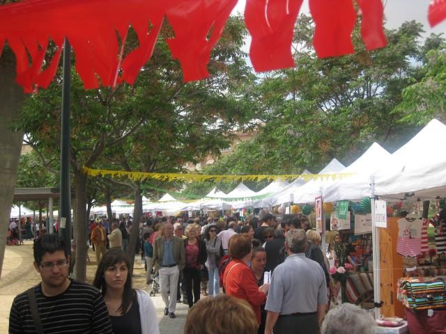 La Feria de Comercio Rociera-Solidaria recibe miles de vecinos de la localidad y visitantes de otros municipios.