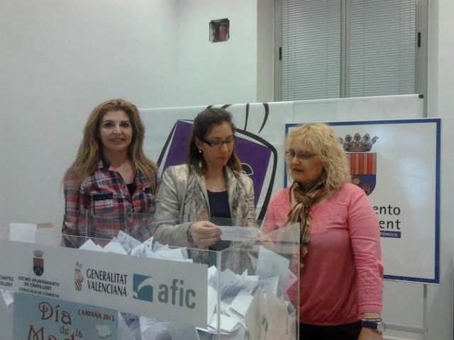 La concejalía de comercio y Acec realizan el sorteo de la Campaña del Día de la Madre.