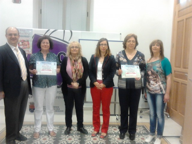 La concejalía de Comercio y Acec entregan los cheques del sorteo de la Campaña del Día de la Madre.