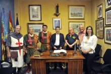 Un grupo de Fontenay le Comte (Francia), entre ellos su alcalde, participa de forma activa en nuestras fiestas de Moros y Cristianos