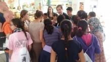 El Ayuntamiento y el Hospital del Vinalopó Dr. Mas Magro ofrecen visitas guiadas al Mercado de Abastos para fomentar hábitos saludables de alimentación entre los jóvenes