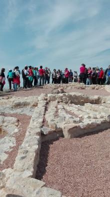 """La excursión arqueológica guiada para visitar el yacimiento de la """"Penya Negra"""" contó con la participación de 150 personas"""