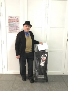 El vecino Antonio Mas recibe el carro del mes de marzo