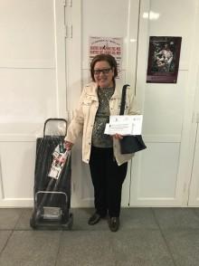 Mª Teresa Ruiz, ganadora del carro de abril recoge su premio en el Mercado Municipal de Abastos