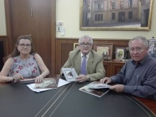 El Ayuntamiento recibe una donación de dos libros-revistas por parte de la Federación de Cofradías y Hermandades de Semana Santa de Crevillent