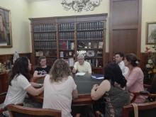 El Alcalde se reúne con una representación de madres preocupadas por la confusión creada tras la suspensión del Decreto del Plurilingüismo