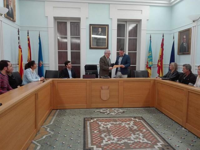 El Alcalde agradece al policía Óscar Sánchez las charlas impartidas en Crevillent para la prevención del acoso escolar y el uso responsable de las nuevas tecnologías