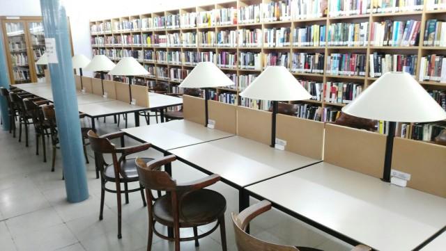 """La Biblioteca Municipal """"Enric Valor"""" dispone entre sus fondos  de material para preparar oposiciones"""
