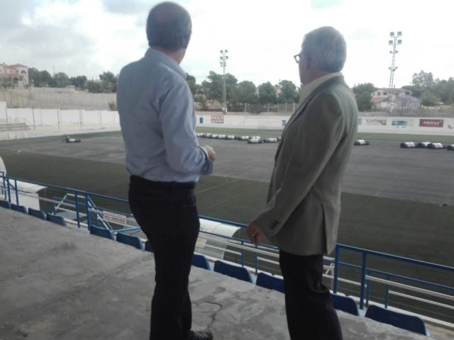 El Alcalde visita el inicio de obras de la sustitución del césped del Campo de Fútbol Municipal