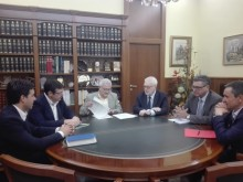 Firma del acuerdo de colaboración entre el Ayuntamiento de Crevillent, Cooperativa Eléctrica y Fundación CAM para mantenimiento y uso del CEMA Los Molinos