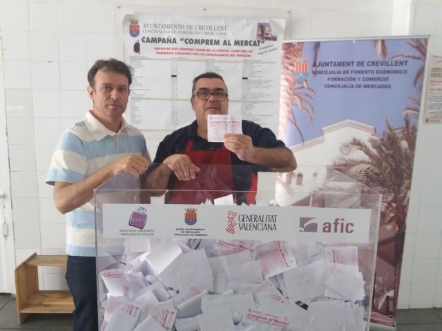 El Mercado Municipal de Abastos ha sorteado entre sus clientes el carro del mes de abril