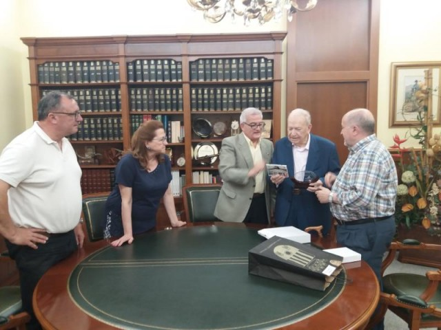 El Alcalde de Crevillent César Augusto Asencio recibe a  Pascual Lillo para hacerle entrega de un presente en nombre de la ciudad hermana Fontenay-Le-Comte con motivo del 50 aniversario del Jumelage