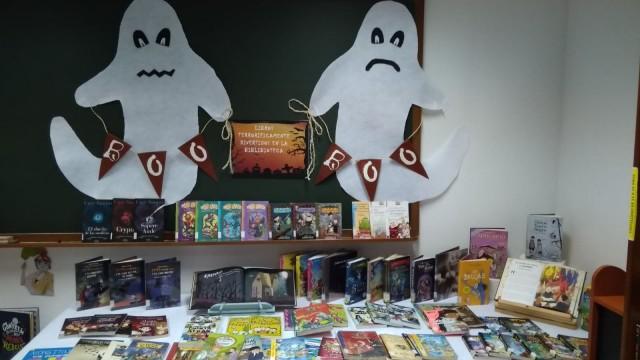 La Biblioteca Municipal instala un expositor de libros relacionados con la fiesta de Halloween