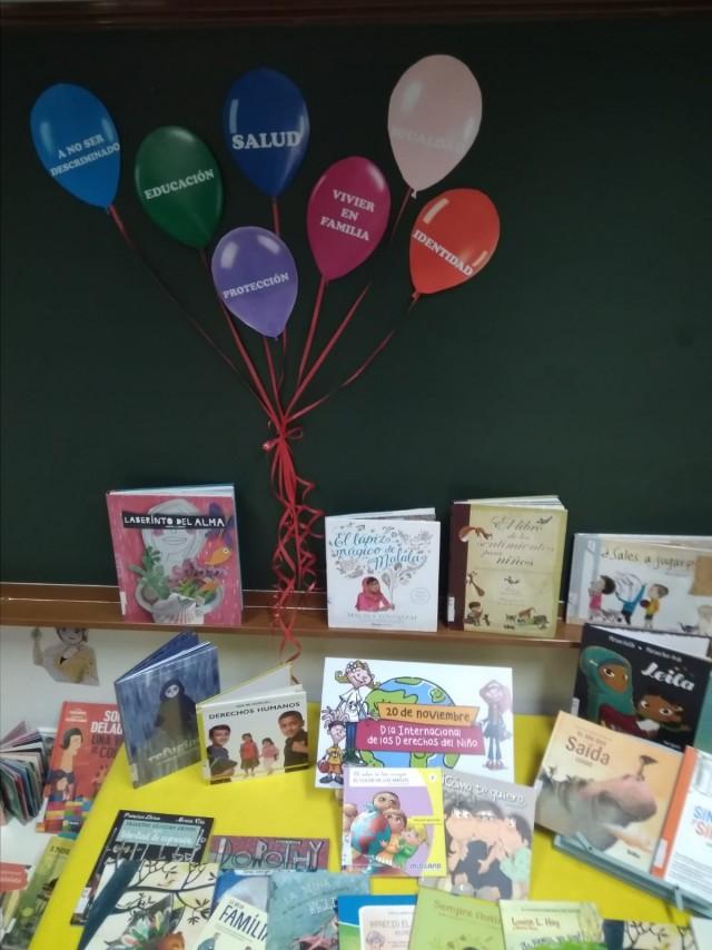 La Biblioteca Municipal coloca un mostrador de libros relacionados con el Día Universal del Niño