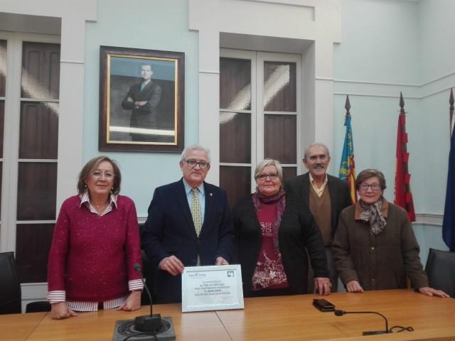 El Alcalde recibe en nombre de Crevillent  una placa de agradecimiento de Manos Unidas por la ayuda  prestada a esta ONG