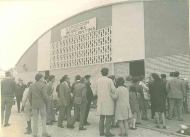 El Archivo Municipal escanea una treintena de fotografías de la I Exposición Industrial Crevillentina de 1970 para que formen parte de sus fondos fotográficos