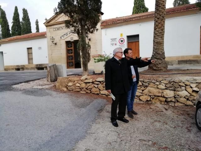 El Alcalde y el concejal de Cementerios visitan el aparcamiento del Cementerio Municipal que será asfaltado próximamente