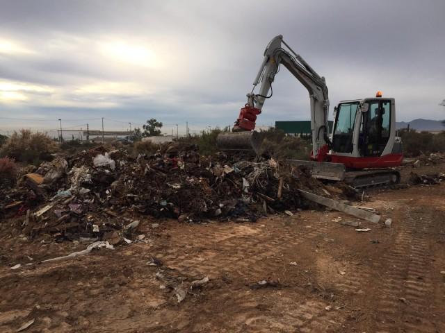 El Ayuntamiento contrata la limpieza de escombros junto al Cementerio Municipal y tiene previsto realizar más labores de limpieza en Cañada Joana, Mangranera y el Pantano