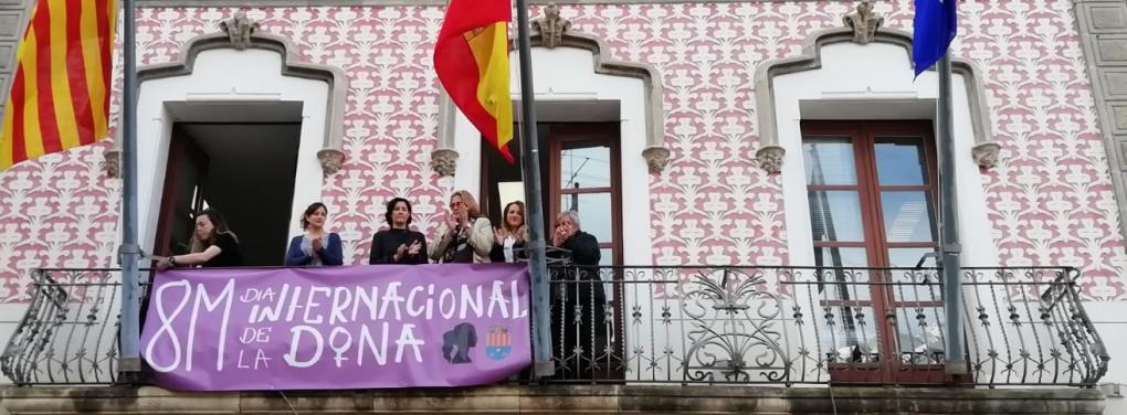 Crevillent celebra el Día Internacional de la Mujer con la lectura de un manifiesto, izada de bandera y la colocación de una pancarta en el Ayuntamiento