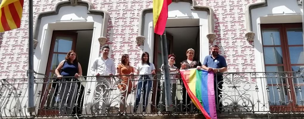 Crevillent celebra el Día Internacional del Orgullo LGTBI con la colocación de la bandera arcoíris en el Ayuntamiento
