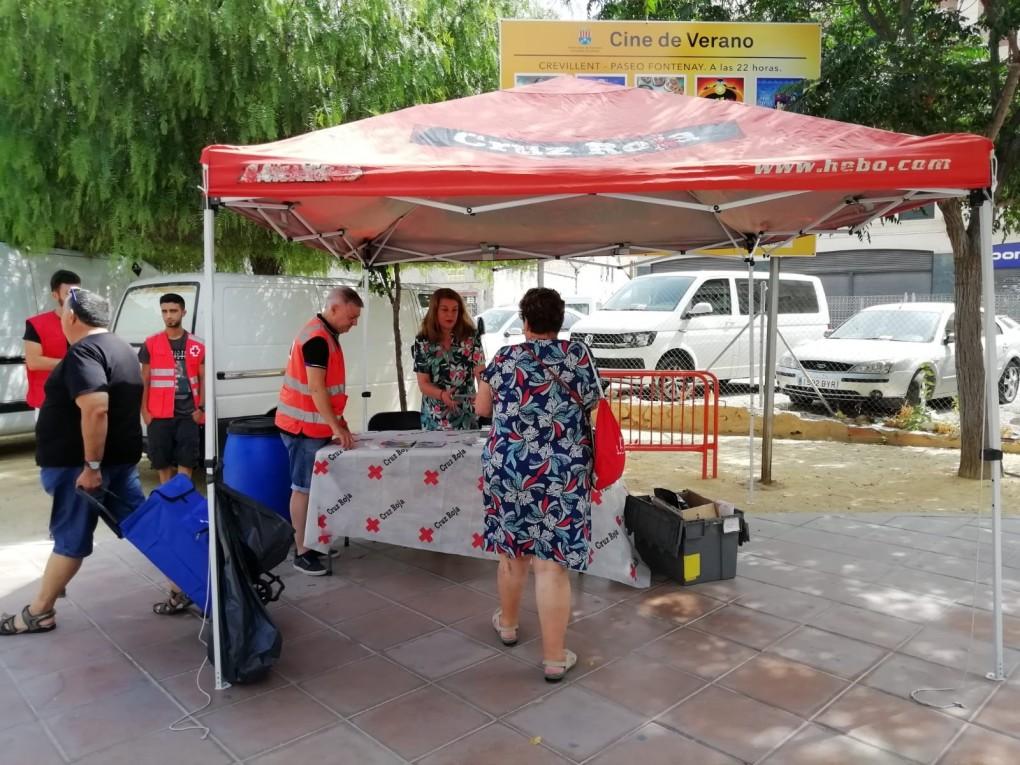La Concejalía de Sanidad y Cruz Roja instalan un stand en el mercadillo de la Rambla para dar recomendaciones sobre la ola de calor