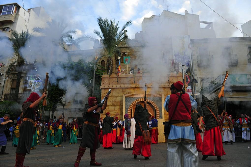 El govern municipal impulsarà una declaració institucional en defensa dels alardos tradicionals de Moros i Cristians